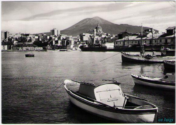 TORRE ANNUNZIATA foto e cartoline di una citta antica e ricca di ... Siamo intorno agli anni 60 veduta del porto con vesuvio. Si notano le vecchie barche dei pescatori.