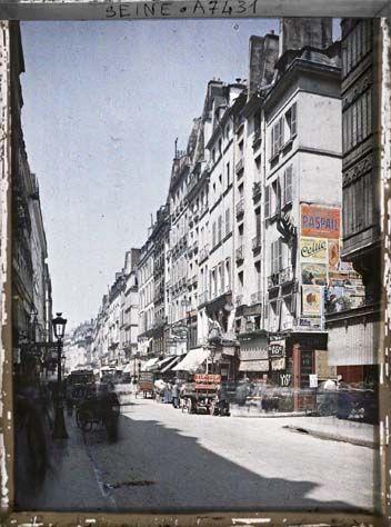 La rue Saint-Honoré, à l'angle de la rue de la Sourdière par Stéphane Passet ©Musée Albert-Kahn - Département des Hauts-de-Seine