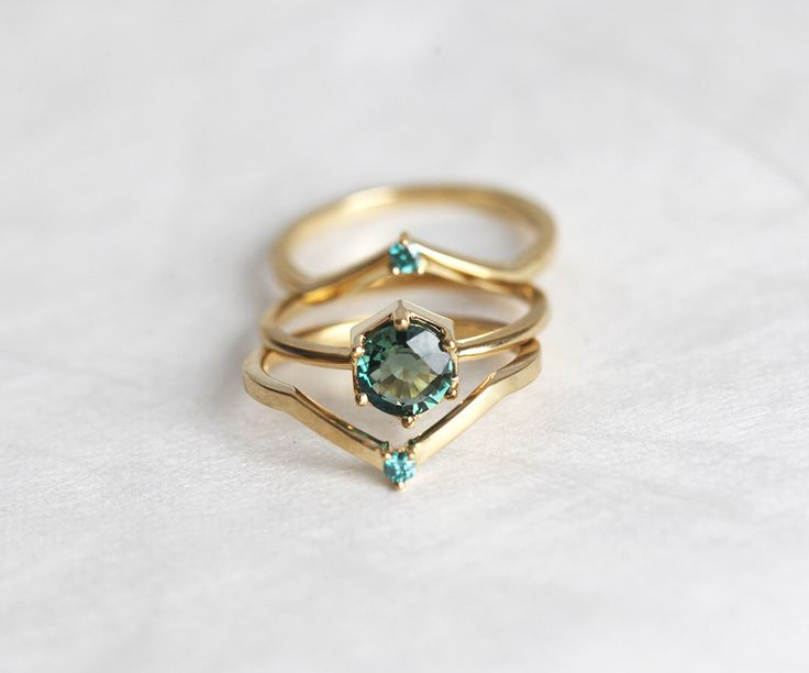 Groene Sapphire Engagement Ring, Mint Sapphire Engagement Ring Set met blauwe diamant Band, drie Ring Set 18k Yellow gold door capucinne op Etsy https://www.etsy.com/nl/listing/270315096/groene-sapphire-engagement-ring-mint