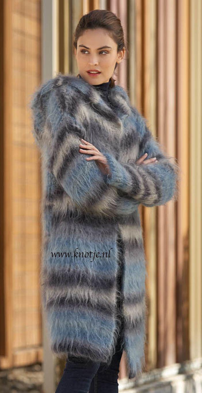 Breien. Deze jas maak je met Katia Mirage. Katia Mirage is een zachte wol met lange haren, gemaakt van de natuurlijke vezels Mohair, Merino en katoen. De natuurlijke samenstelling maak het perfect voor kleding die op de blote huid gedragen wordt. Het is extreem zacht en perfect voor de gevoelige huid.  Model en patroon staan beschreven in het patronenboek Katia Urban No. 91 (Blz. 12) Katia URBAN 91 pag 12akopie.jpg