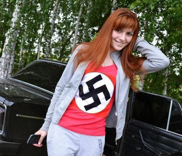 S novým modelem z dílny módní návhrhářky Rózy Hošťálkové vyrazila do nového roku Štěpánka Nussbauerová z Rajska. Tím prvým, koho okouzlila, byl autor této fotografie baron Karel Baron.