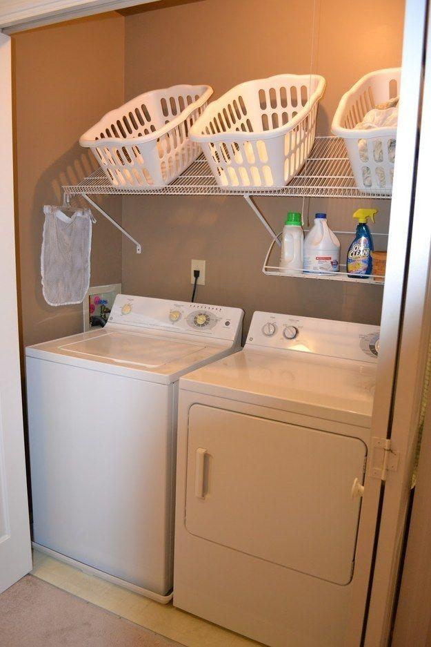 ¿Careces de espacio en la estantería para tus cestos o un carrito rodante? Monta un estante de alambre al revés encima de tus máquinas para que sea de fácil alcance. | 29 Ideas increíblemente ingeniosas para organizar la lavandería