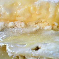Torta Congelada de Merengue con Salsa de Caramelo