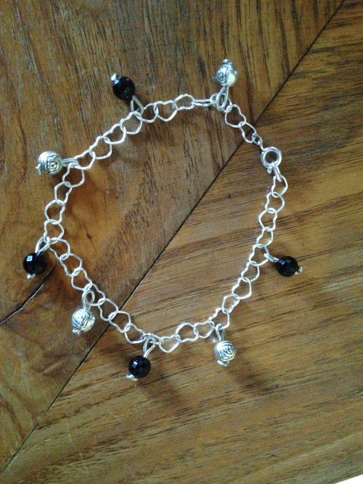 Bracciale con catenella di cuori e pendenti neri e argento