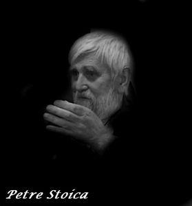"""PE LIMBA ROBOTULUI  Petre Stoica din volumul """"Întrebare retorică"""" (1983), Editura Dacia  Ce mai căutaţi sub pietre? ce mai căutaţi în ocean? ce mai căutaţi sub coaja copacului? ce mai căutaţi în pământ?  misterele s-au dizolvat demult în apa tare pe limba robotului care se plimbă pe stradă singur şi îmbolnăvit de soare  ne-am iubit părinţii - le astuparăm gura cu ceară"""