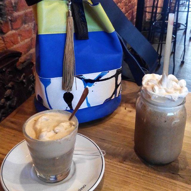 En Londres pasando unos días. Hemos hecho una parada para tomar unos cafés con helado en #Amorino, hace mucho calor 😓 y no hemos podido resistir la tentación de empezar el helado antes de la foto. Está buenísimo😜. Que os parece mi Beli-bags? Pone una nota de color increíble.#Londres #helado #café #bolsoexclusivo #belibags #viajes #sitiosparavisitar #NottingHill #AmorinoNottingHill #HydePark #ladietadelverano #verano #calor