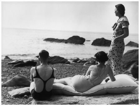 Tre amici in riva al mare in una spiaggia in Regno Unito, nel 1934