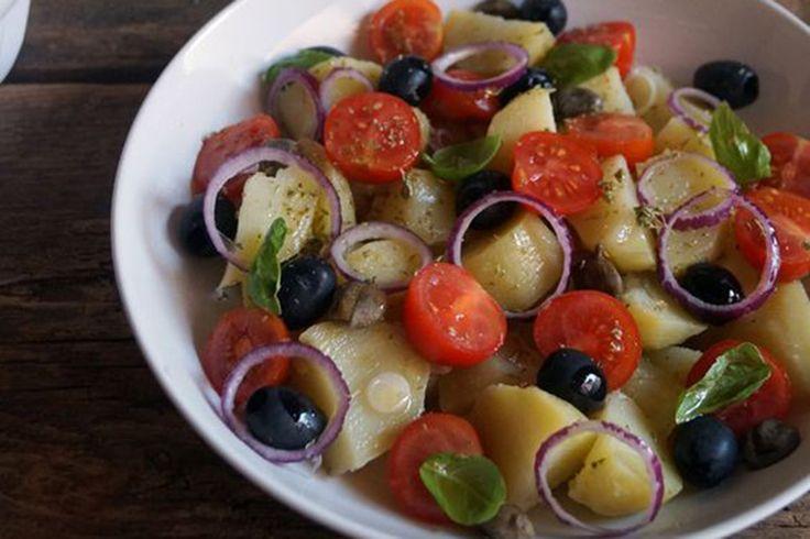 Olive e capperi sono il marchio più riconoscibile dei prodotti di Pantelleria e quindi non potevano mancare nell'insalata pantesca.