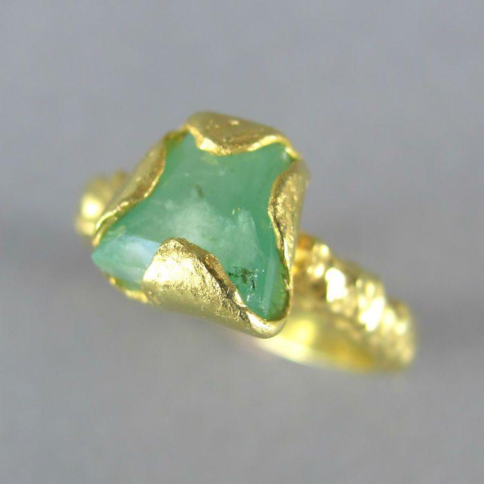 Vintage Artisan - instructie Ring in 18 K goud vergulde massief zilver met echte rauwe 1.8 ct Emerald - ongerepte  Deze Vintage handgemaakte ambachtelijke Verlovingsring met ruwe mat 18K geelgoud verguld Solid Sterling Zilver (vermeil) met ruwe echte Emerald edelsteen kwam enkel uit privécollectie in ongerepte voorwaarde.Deze brutalist boho ring is echt veelzijdig zou een ideale stijlvolle verlovingsring of leuk om te dragen als een Cocktail ring maken.Perfect vastleggen van de essentie van…