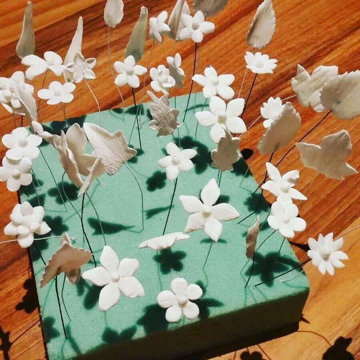 Praparando flores para una tiara de porcelana
