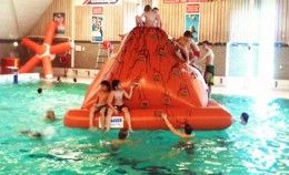 Sassenheim zwembad Wasbeek biedt waterpret voor iedereen! Het heeft een subtropisch recreatiebad, spartelbad en een wedstijdbad. Het wedstrijdbad is 25 meter lang en is vaak gevuld met spelmateriaal en/of een uitdagend opblaasobject zoals de Vulkaan.    Er is een gezellige bar met snacks, broodjes en drankjes. Vergeet niet te genieten van de stoomcabine en van …