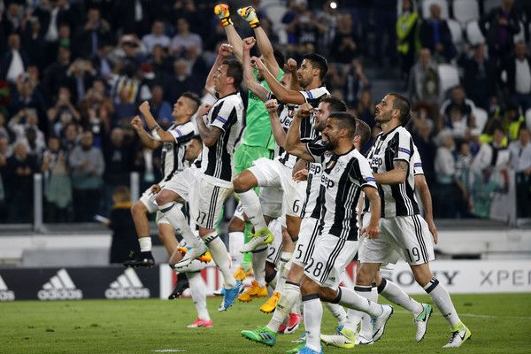 Juventus' players celebrate at the end of the UEFA Champions League quarter final first leg football match Juventus vs Barcelona, on April 11, 2017 at the Juventus stadium in Turin. Juventus won 3-0. / AFP PHOTO / Marco BERTORELLO
