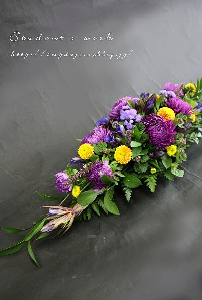 大輪系のアスターを使ったこともあり     ボリュームたっぷりのホリゾンタルになりました。     紫系の花が数種類。     そこへ指し色の黄...
