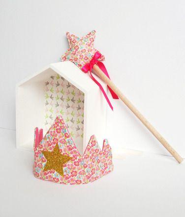Kit petite princesse composé d'une couronne et d'une baguette magique.  Baguette magique avec étoile en tissu en coton, ruban et manche en bois. 38 cm de long. Rembourrage polye - 18427912
