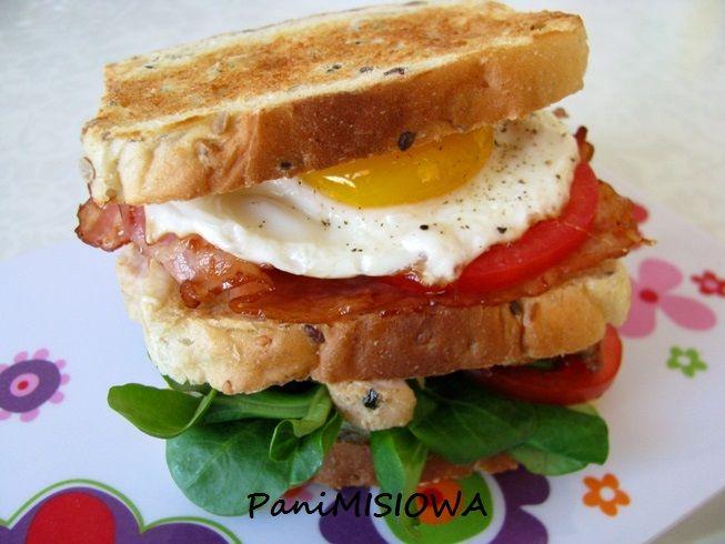 Pyszny i sycący pomysł na śniadanie na ciepło dla każdego, komu znudziły się zwykłe kanapki.