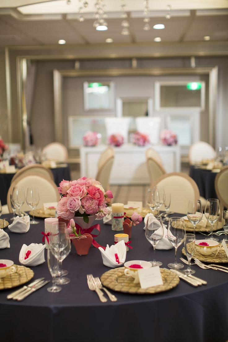 大切なゲストへ「真の感謝」を贈るシックで大人な邸宅風バンケットルーム  キッチンが会場隣にあり、進行に合わせて常にベストタイミングでお料理をサービスでき、温かなライディングの中でゲストと和やかに会話が弾む会場です。 メインテーブルとゲストテーブルが近く会場全体がたくさんの祝福に包まれます。 ゲストと一体となれるアットホームなウエディングが叶うバンケットルームです。