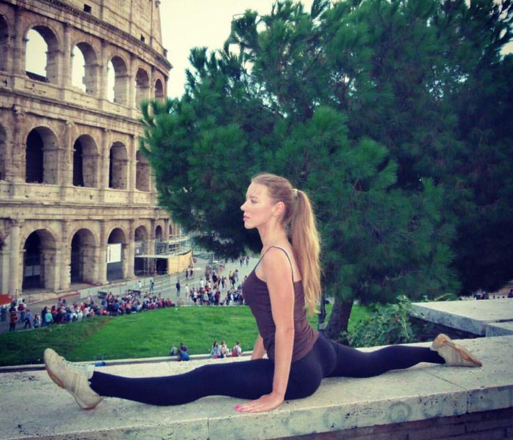 #girl #girls #sport #sportgirls #rome #roma #italia #italie #fille #ragazza #belle #bella #blonde #blondie #colosseo #colosseum #коллизей #рим #италия #gym #sportive #ville #city #workout #stretch #beautiful #linda #french #adidas #nike #reebok #english #