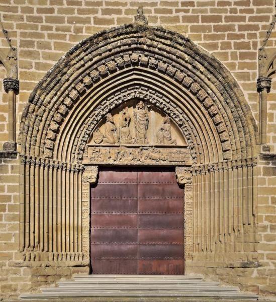 Portada de la iglesia de San Saturnino - Artajona, Comunidad Foral de Navarra #gótico #sansaturnino #artajona #navarra