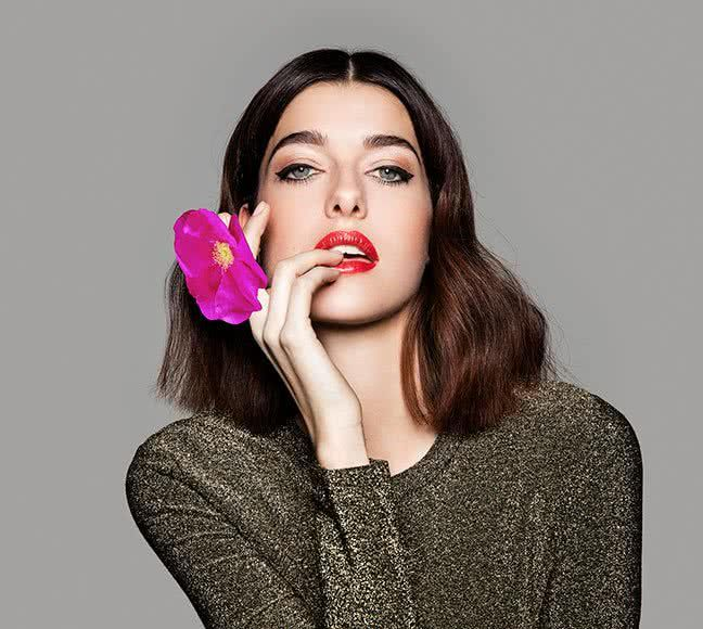 Vous voulez un peu de #glamour ? Alors des lèvres rouges et séduisantes et des paupières charmantes sont parfaites pour une entrée triomphale sur le tapis rouge ! Poursuivez votre lecture pour découvrir comment réussir ce look en 3 étapes avec des produits bio - lavera Naturkosmetik / / /   / / / #lavera #maquillage #bouche #yeux #bio #cosmetiques #look #beauté #fete #ellehabitela