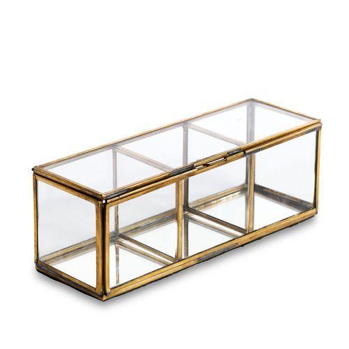 Vakkendoos <br /> 23 x 8 x 8 cm<br /> Glas en koper<br /> De glazen dozen zijn allemaal handgemaakt met duurzame materialen. Elke doos is daarom anders in de afwerking en kunnen bijvoorbeeld lichtje krasjes hebben in het glas. Eco-friendly & fairtrade & Handmade.