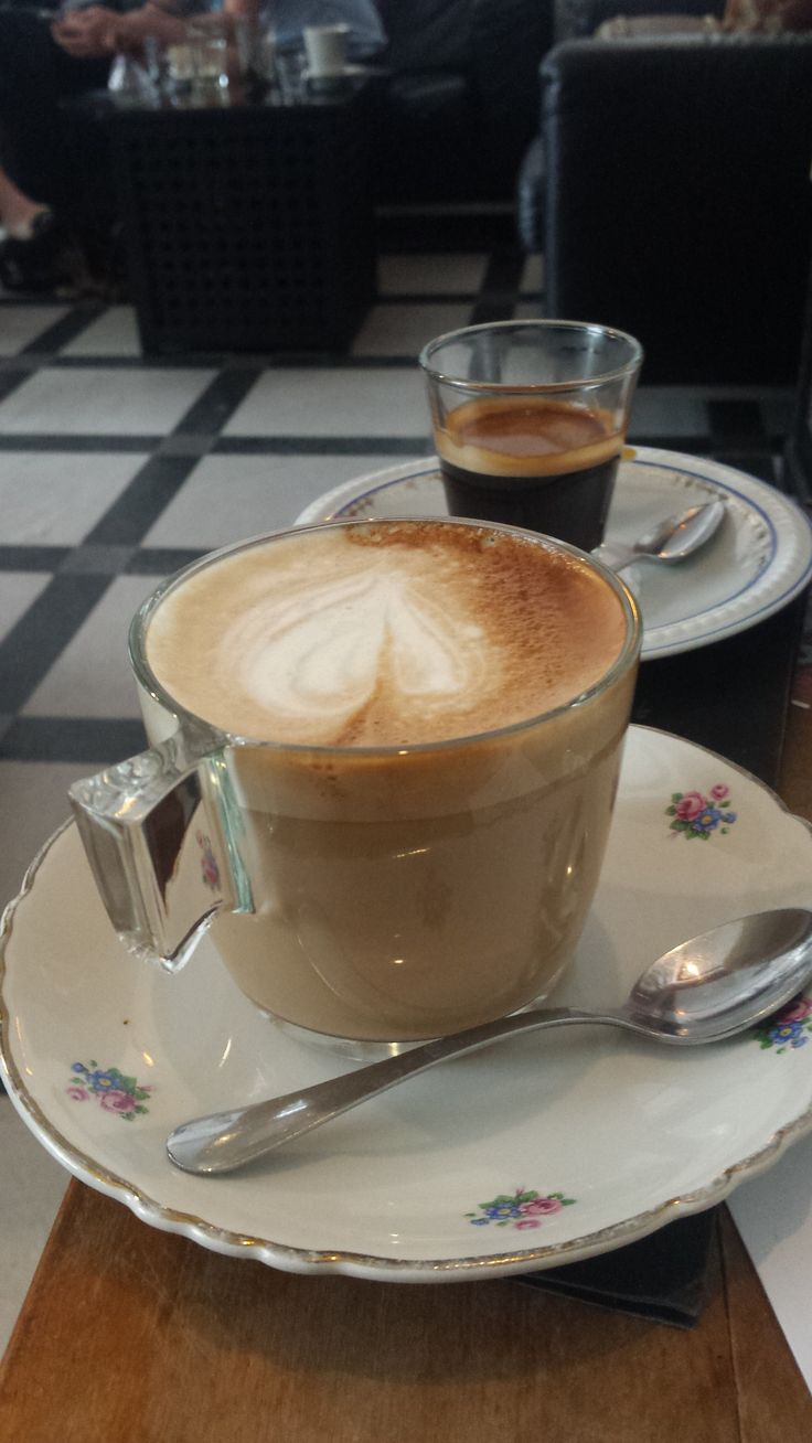 Café latté in Rojt és Bojt kávéskuckó in Budapest.