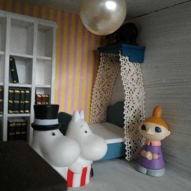 ミムラ姉さんがパパママのベッドに天蓋を付けてくれました (我が家のムーミン一家では縫い物はミムラ姉さんの担当らしい #ムーミン #ムーミンハウス #ドールハウス #ミニチュア #moomin #moominmug #muumipeikko #moominhouse #mymoomin