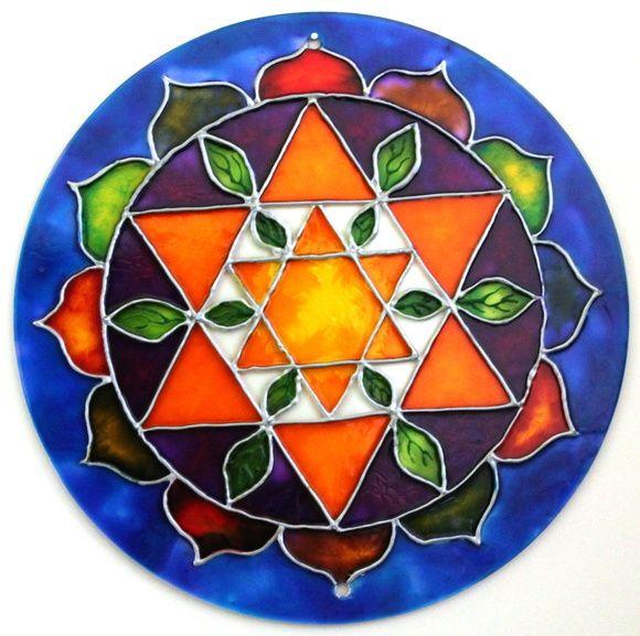 Mandala Estrella doble hexagrama amarillo con hojas de otoño en torno a lo que representa la naturaleza, dentro del loto de pétalos multicolores.