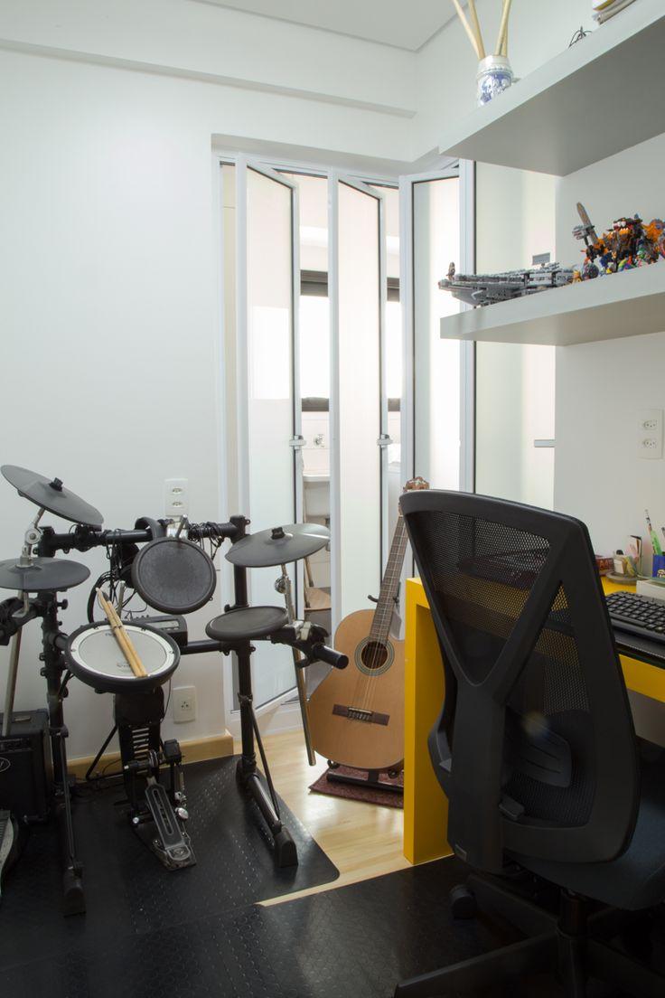 A sala de estudos e bateria do filho era uma despensa que abrimos uma porta o corredor dos quartos e colocamos caixilhos pivotante para ventilação e entrada de luz, e o vidro branco mantém a privacidade.