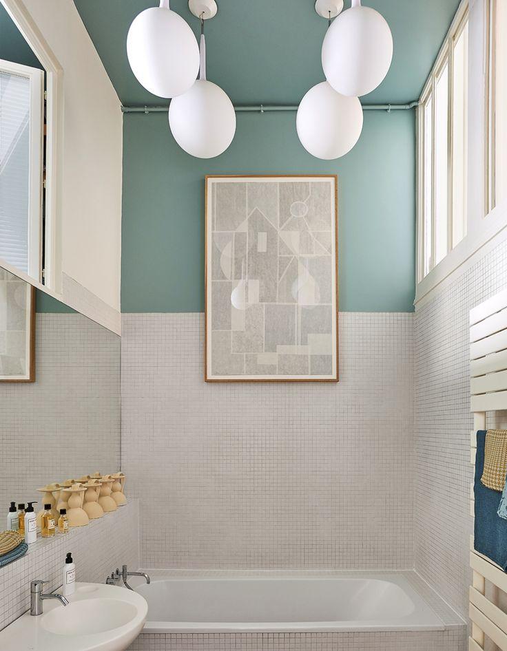 De la couleur dans la salle de bains via une moitié de mur repeinte