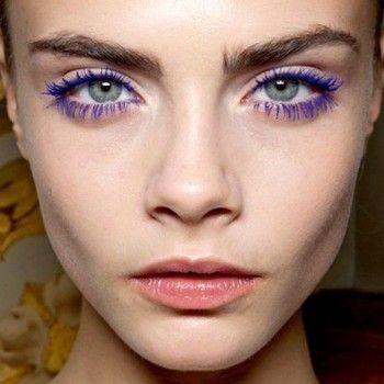 Фиолетовая тушь для ресниц с двухсторонней кисточкой расческой.