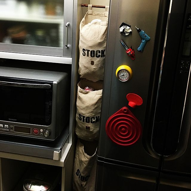 女性で、3LDKのセリア/☆コンクリートジャングル化計画☆/いいね&フォローありがとうございます☆/見せる収納に憧れる…などについてのインテリア実例を紹介。「こんばんは☆ 作りかけだったレジ袋ストッカーを完成させました〜♪ 冷蔵庫と食器棚のわずか19cmに突っ張り棒でぶら下げてます。SMLの順でハトメをつけて繋げました。 あ、一応上からでも下からでも取り出せます! 貧乏性で袋がパンパンなのは見逃してくださいね〜。笑」(この写真は 2016-08-07 20:52:37 に共有されました)