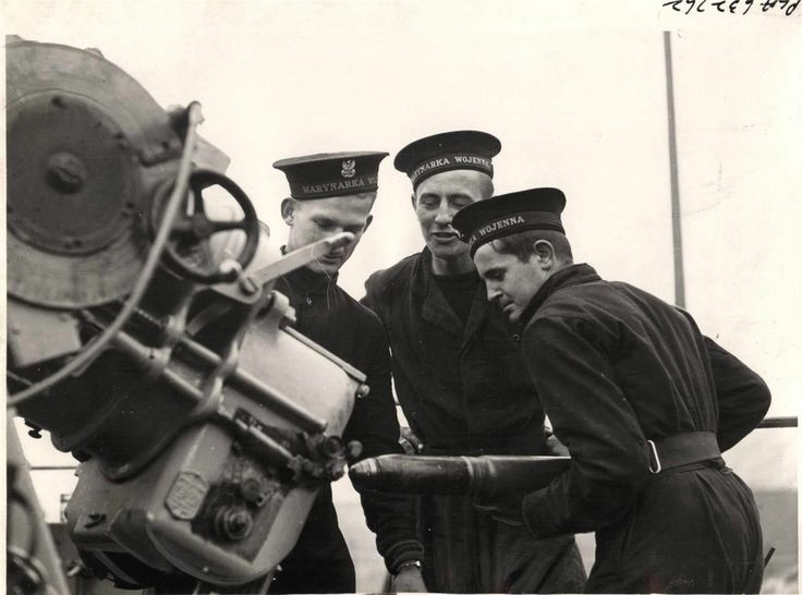 1942- Sailors of the Polish navy, Marynarka Wojenna, section of the British Fleet shown at gun practice aboard the HMS GARLAND.