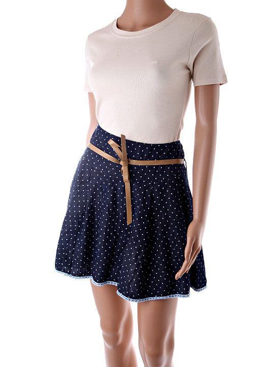 Dámska tmavomodrá sukňa s bielymi bodkami rifľového vzhľadu. Sukňa má široký pás, ktorý je vzadu pružný s gumičkami. K sukni je hnedý opasok. http://www.yolo.sk/sukne/kratka-tmavomodra-bodkovana-sukna-neo