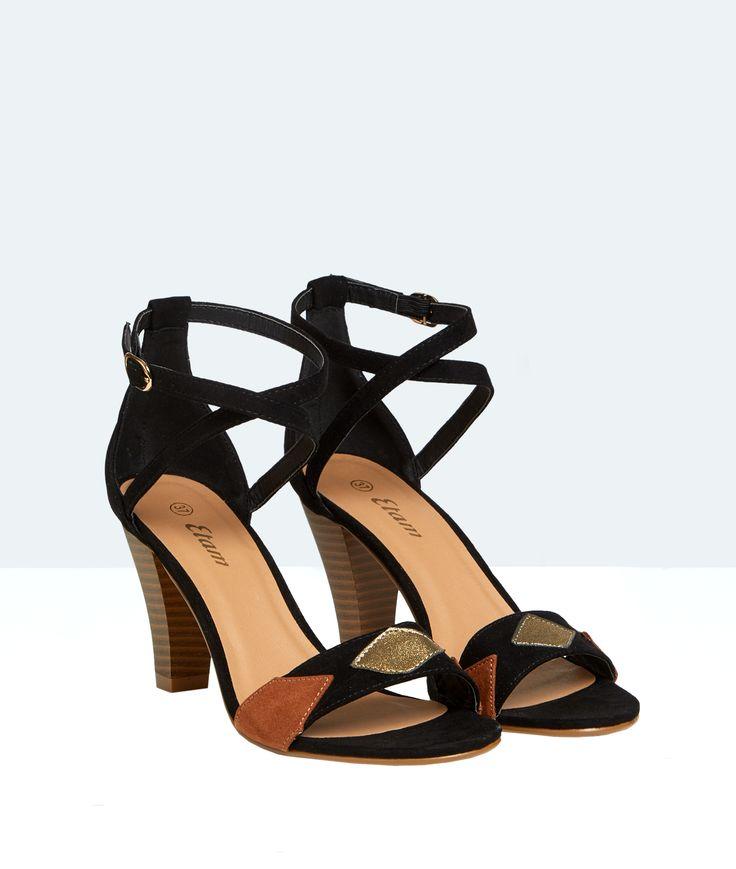Alliez confort et style dans ces sandales à talons ornées d'empiècement camel et dorés.   - Sandales  - Bride cheville  - Suédine  - Talons bois