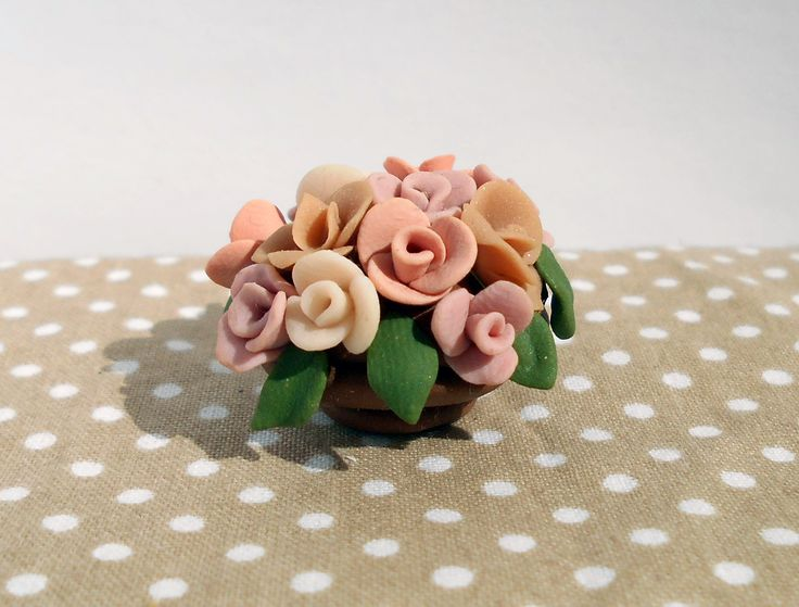 Miniature flower pot with shabby roses  https://fluffycraftcloud.wordpress.com/2015/09/21/30/ #miniature #shabby #chic #diy #handmade #polymer #clay #polymerclay #cute #flower #pot #rose