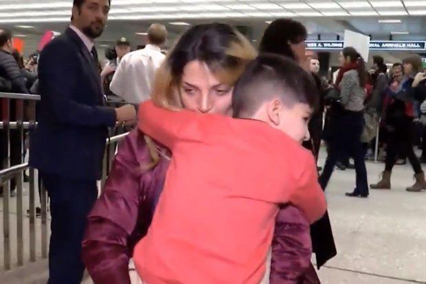 Budak 5 tahun digari dan ditahan selama 5 jam di lapangan terbang kerana berkemungkinan jadi ancaman pada Amerika Syarikat   SEORANG budak lelaki berusia lima tahun dilaporkan telah digari dan ditahan selama lima jam kerana dia berkemungkinan menjadi ancaman kepada Amerika Syarikat (AS).  Kanak-kanak itu adalah salah seorang daripada lebih 100 orang yang ditahan di lapangan terbang di seluruh AS selepas Donald Trump menandatangani perintah mengharamkan perjalanan untuk tujuh negara Islam…