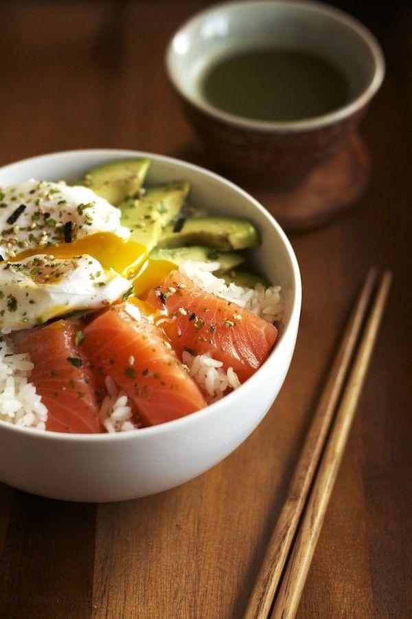 o jantar ideal de domingo: taça de arroz com sashimi de salmão, ovo escalfado e abacate