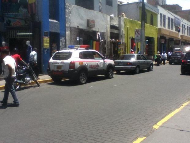 """Patrullero estacionado al frente de señal de """"prohibido estacionarse"""""""
