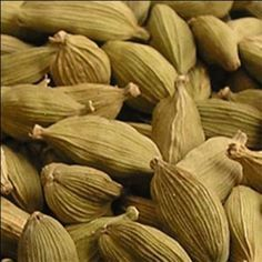 Помимо кулинарных, кардамон обладает лечебными свойствами. В нем содержатся кальций, фосфор, железо, магний и цинк, витамины В1, В2, В3. Добавленный в кофе, кардамон устраняет токсичность кофеина.