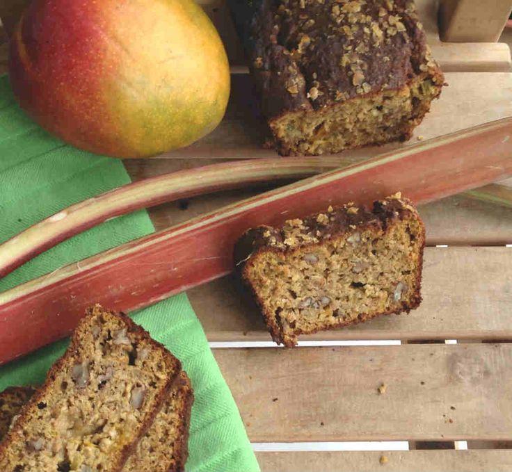 Rabarber, je denkt fruit en je eet groente. Mango rabarberbrood met havermout, spelt en pecannoten. Recept > www.lekkeretenmetlinda.nl