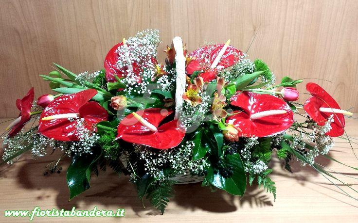 Composizione in cesto vimini con Anthurium tulipani alstroemeria e verdi di complemento. Ricorrenza Compleanno