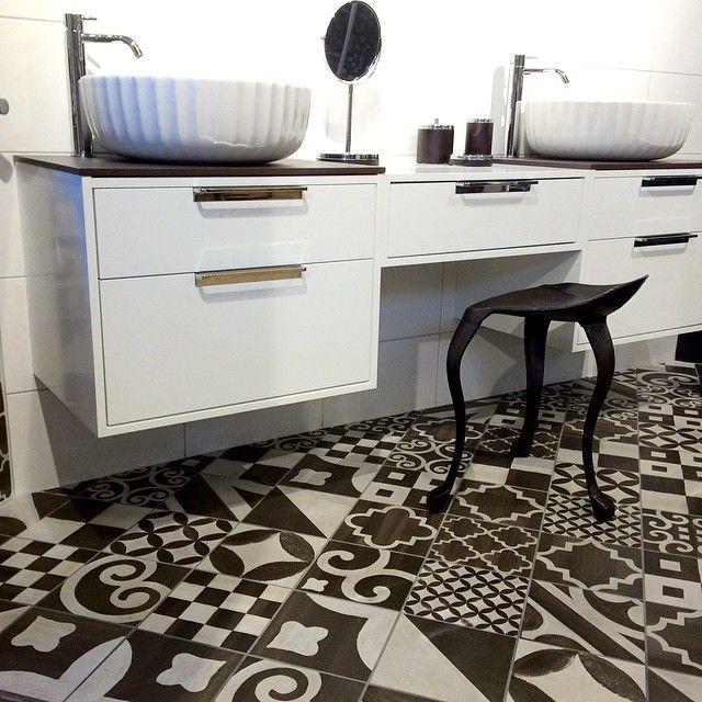 I love these floor tiles Sminkbord och badrumsmöbel, allt-i-ett. En vacker badrumsmiljö som jag o vår badrumsexpert Ewa har designat. Gillar verkligen den marockanska klinkern från Konradssons! Möbeln heter DK, från Svedbergs. Full rulle på jobbet och igång med nya inredningskunder igen. #inredningsdesigner #konradssonskakel #svedbergs #badrumsmiljö #bad #bathroom #kommod #badrumsmöbler