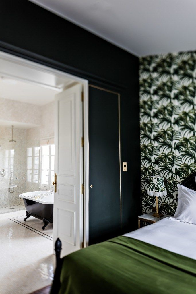 Travelcrush: Hotel Providence, Paris sur www.decocrush.fr - @decocrush | Lovely palm wallpapered style bedroom in the Providence Hotel in Paris