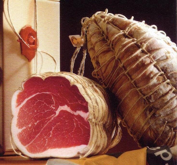 """Sua majestade, O Culatello di Zibello!!! Nenhuma especialidade da rica salumeria da Itália é tão exclusiva, deliciosa e amada quanto o culatello di Zibello. Os gastrônomos o saboreiam chamando de """"rei"""" e o tratam por """"sua majestade"""". O culatello tem parentesco com o presunto cru, mas difere deste. Zibello é uma cidadezinha de 2.500 habitantes, localizada na província de Parma, na região da Emilia-Romanha. Existem apenas 12 produtores credenciados, que fazem somente sete peças por ano."""