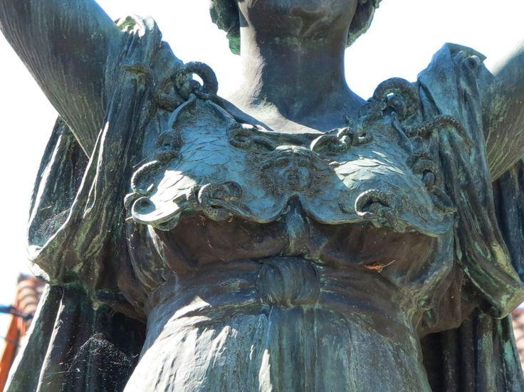 pectoral orné d'une tête de Méduse, attribut fréquemment représenté sur les bustes de Marianne.Mam de Montmorillon.Poitou-Charentes