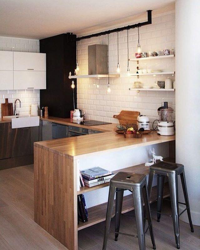 Cozinha | Amei a bancada com divisória interna para livros e objetos decorativos    Confira mais dicas de Casa & Decoração em nosso site: portaltrends.com.br [link no perfil]   Foto: Reprodução/Pinterest