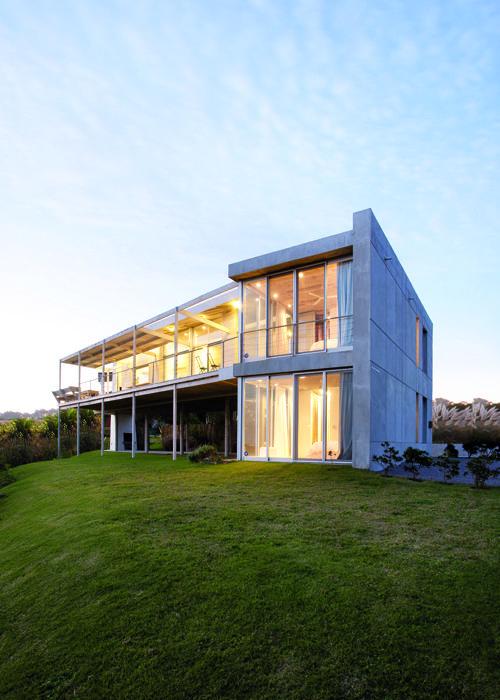 Arquitectura: juego de volúmenes, conjunción y maestría en el empleo de los materiales, espacios, luz... Cerramientos en cristal, mezclando paneles fijos con móviles a modo de puerta o ventana