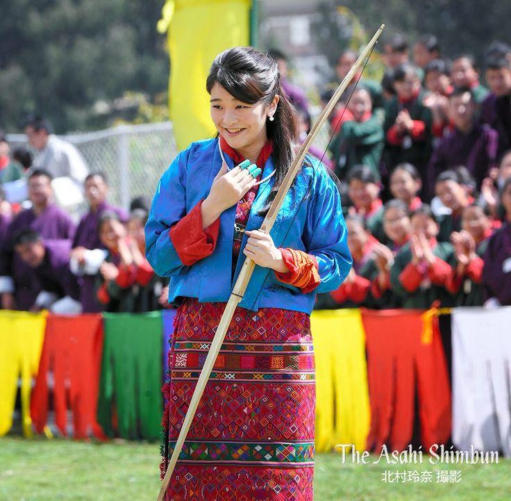 #ブータン 訪問中の #眞子さま が、同国の国技である弓技を体験しました。着ていたのは20年前、#紀子さま が前国王から贈られた民族衣装「キラ」でした。(省) #皇室