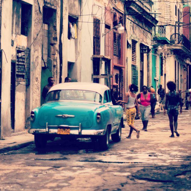 Eskinin, yokluğun ve kısıtlamaların hüküm sürdüğü ve inadına, hiçbir şeyin içinde yaşayan insanları mutsuz edemediği bir ülke Küba. Sabahın ilk ışıklarıyla başlayan İspanyol şarkılarının, salsa ritimlerinin gecenin körüne kadar aralıksız devam ettiği ve istisnasız herkesin o şarkılarla dans edip sokaktan geçen her türlü insanla sohbet ettiği bizim gibi büyük şehirlerde yaşayan insanların anlaması zor bir yer..