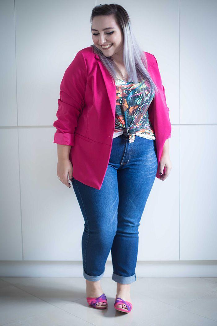 Look para trabalhar: blazer rosa + camiseta com nozinho frontal + calça jeans